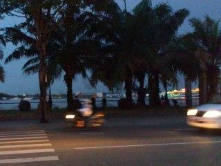 もう薄暗いサイゴン川
