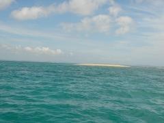 潮が干いて見えた白い浜